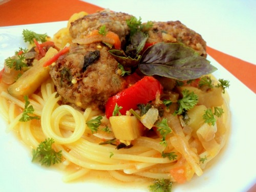 Meatballs with basil and vegetables
