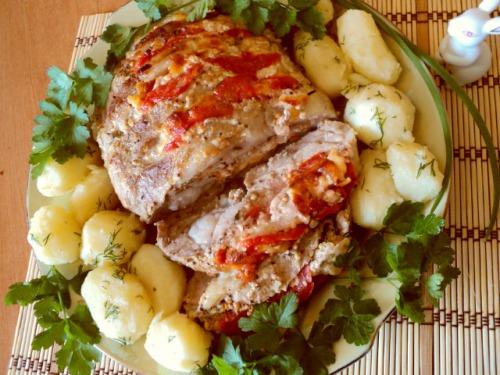 Свинина запечена з сиром і помідорами