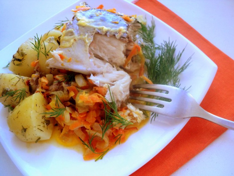 Скумбрія, запечена з овочами