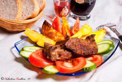 Молода яловичина із запеченою картоплею