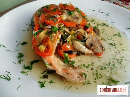 Сьомга запечена в овочах