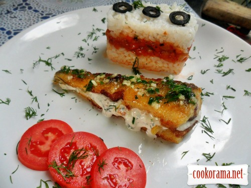 Нототения с начинкой из белого соуса, с гарниром из риса и овощного соуса