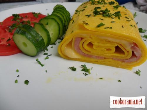 Рулетик из яиц с начинкой из колбасы и сыра