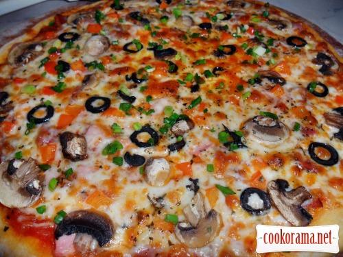 Піца з шинкою, сервелатом, грибами і сиром моцарела