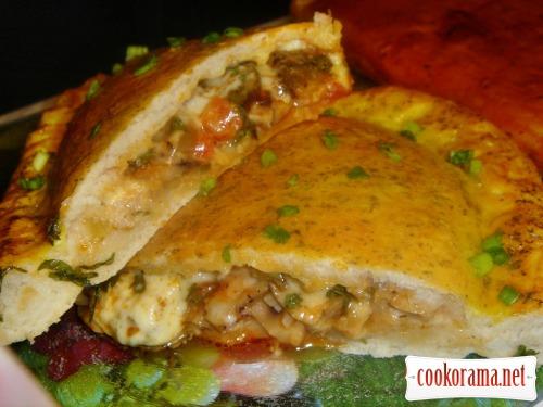 Пицца Кальцоне с ветчиной, сыром и солёными огурчиками