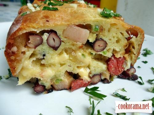 Мясной «Кекс» с копченой грудинкой, фасолью и сыром
