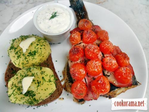Камбала запечена під грудинкою і помідорами чері з білим соусом