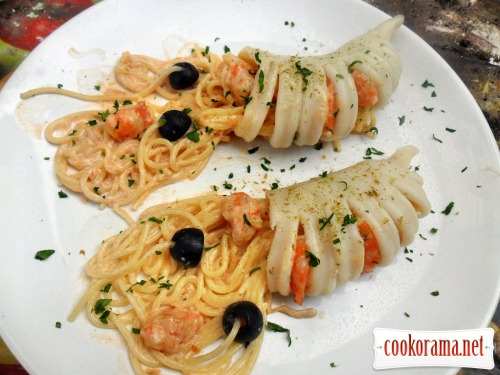 Pasta in squid, with shrimps and cream sauce