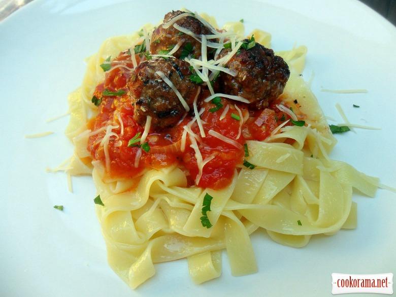Фетучини с фрикадельками в томатным соусе