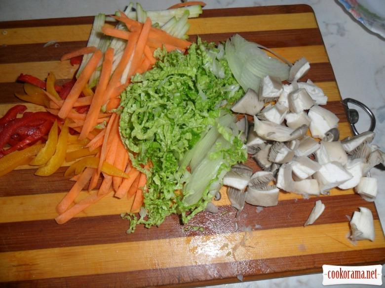 Лапша удон с курицей и овощами.