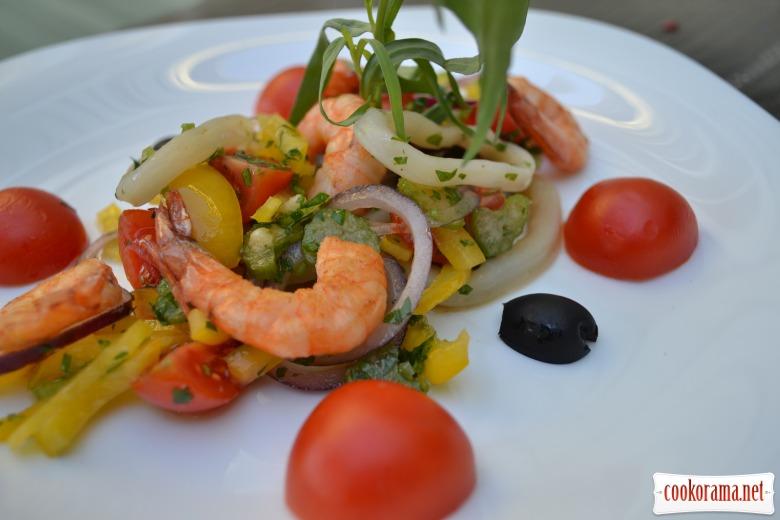 Салат с креветками, кальмарами, и овощами.