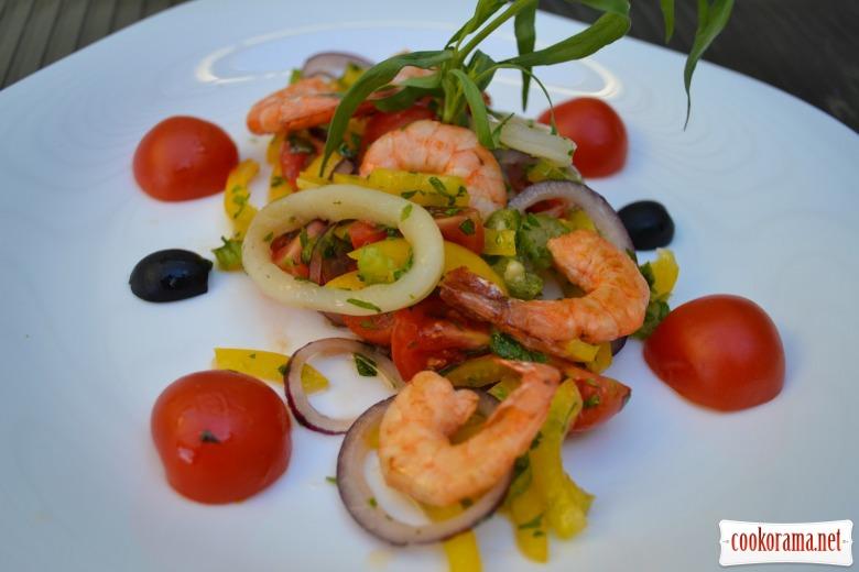 Салат с креветками, кальмарами, и овощами