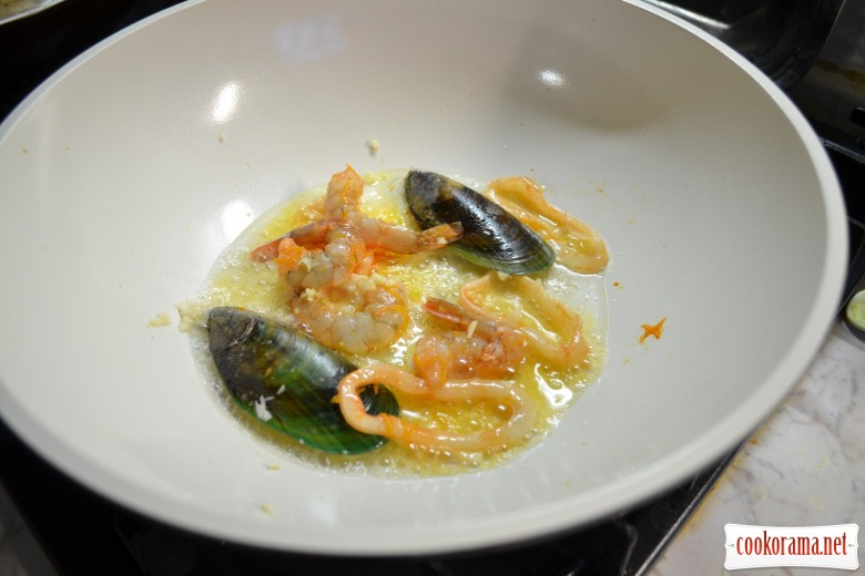 Warm salad of glass noodles with mussels, calamaries and shrimps.