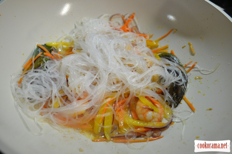 Тёплый салат из стеклянной лапши, с мидиями, кальмарами, креветками.