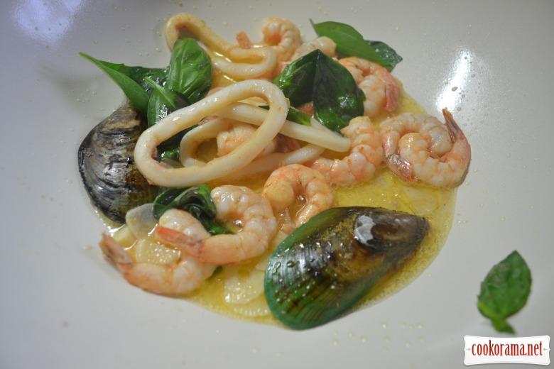 Салат из морепродуктов, с рисом нероне, заправленный тыквенным маслом.