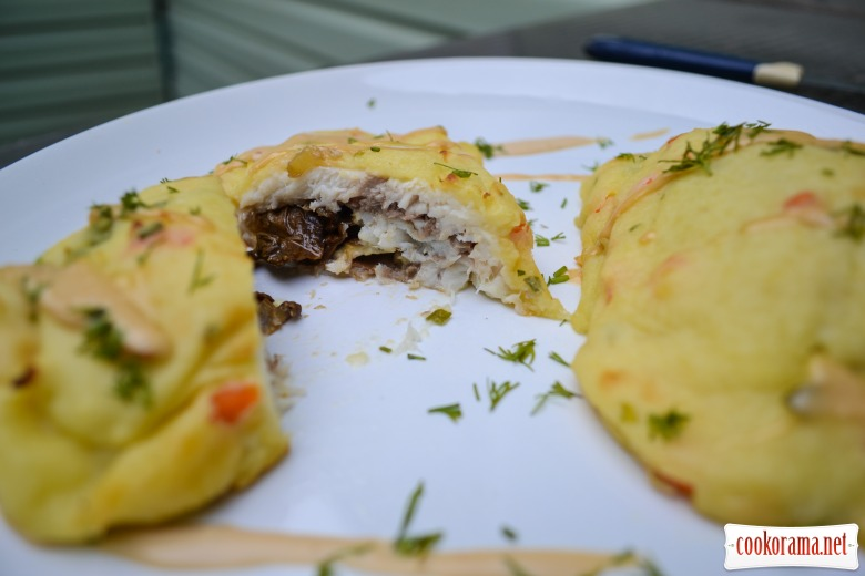 Dorada baked in puree with mushrooms and cheese Dor Blue.