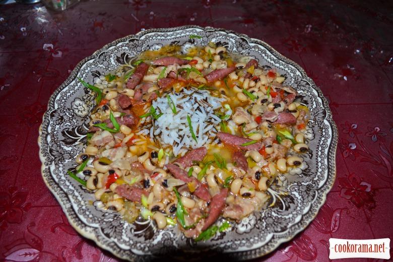 Фасоль «Чёрный глаз» с беконом, баварскими колбасками, овощами и рисом басмати.