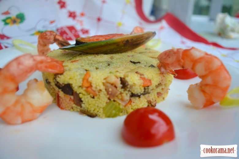 Салат с кус кусом, морепродуктами, белыми грибами и беконом, заправленный тыквенным маслом.