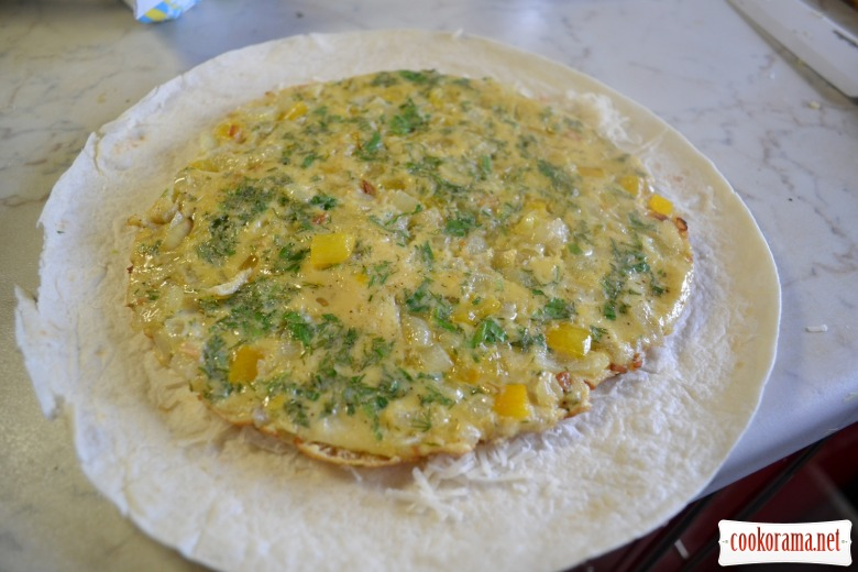 Тортилья с омлетом, фасолью и пармезаном.