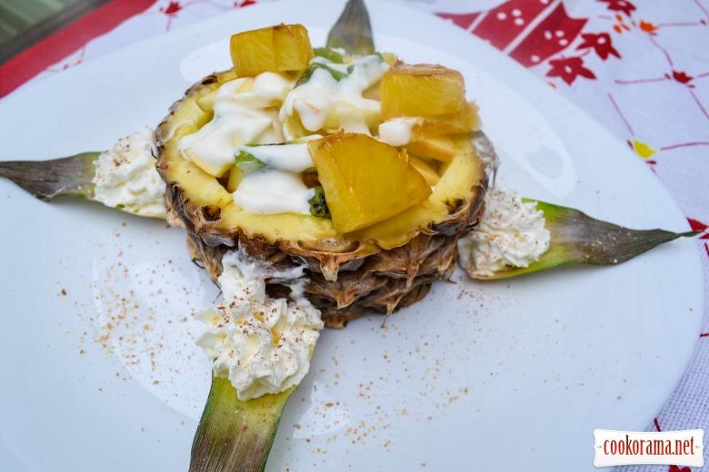 Фруктовый салат, с нежно-алкогольной заправкой, и карамелизованным ананасом.