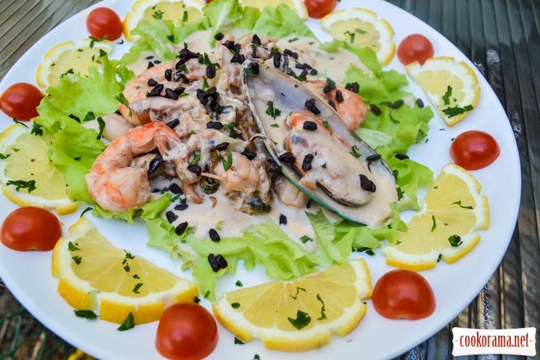 Морепродукты в сливочном соусе, с черным рисом