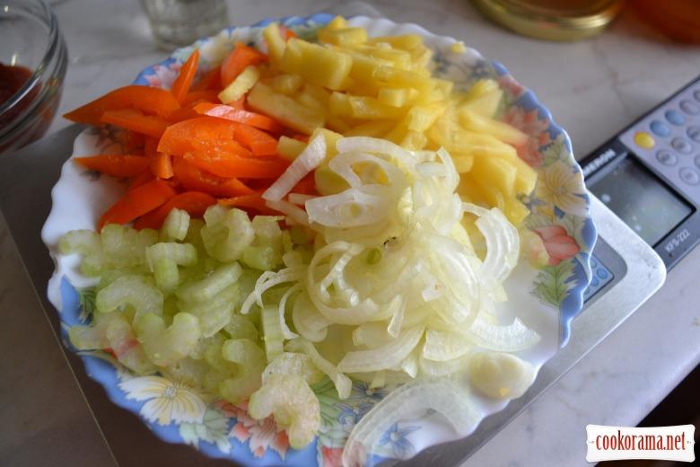 Кальмар в кисло-сладком соусе, с гарниром из риса с омлетом.