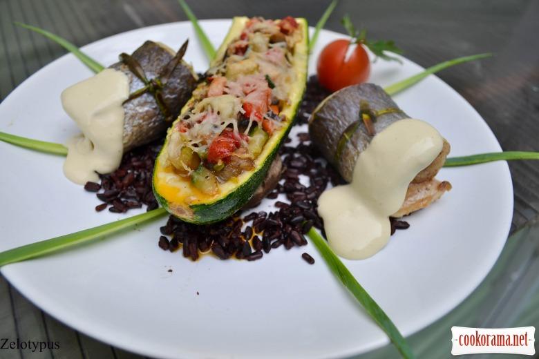 Рулетики из сибаса, с фаршированным цукини, черным рисом, соусом «Цезарь».