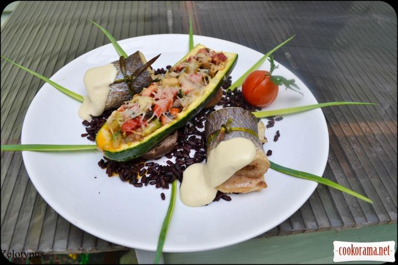 Рулетики из сибаса, с фаршированным цукини, черным рисом, соусом «Цезарь»