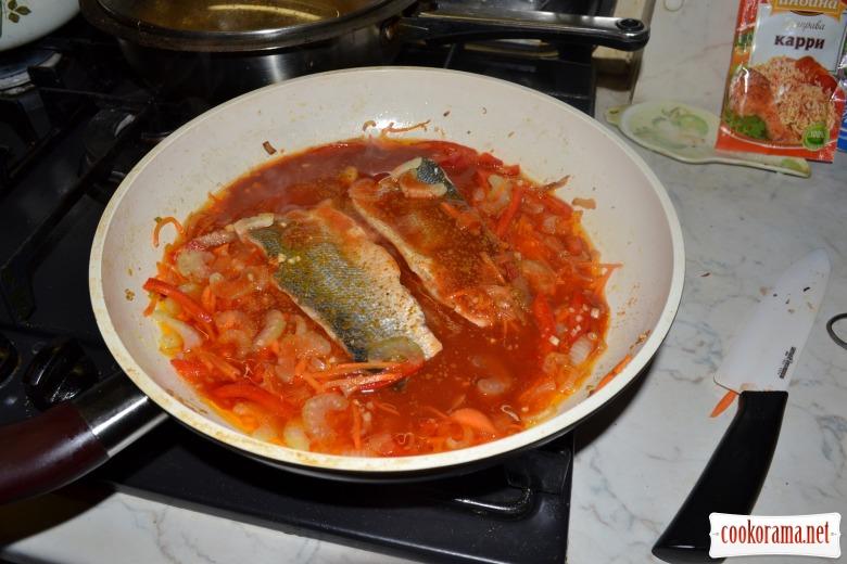 Сибас в томатном соусе, с карри и имбирём.