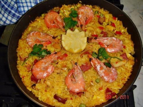 Паэлья с морепродуктами и копченостями