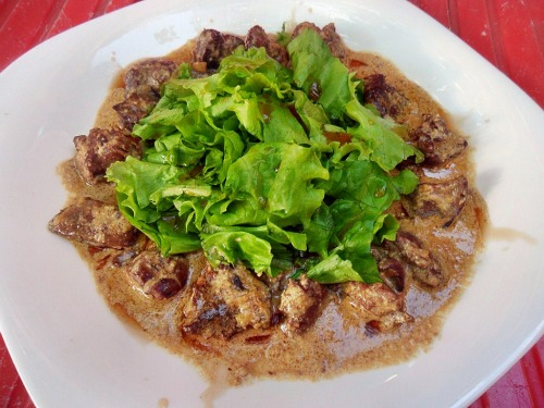 Warm salad from chicken liver with honey and cream