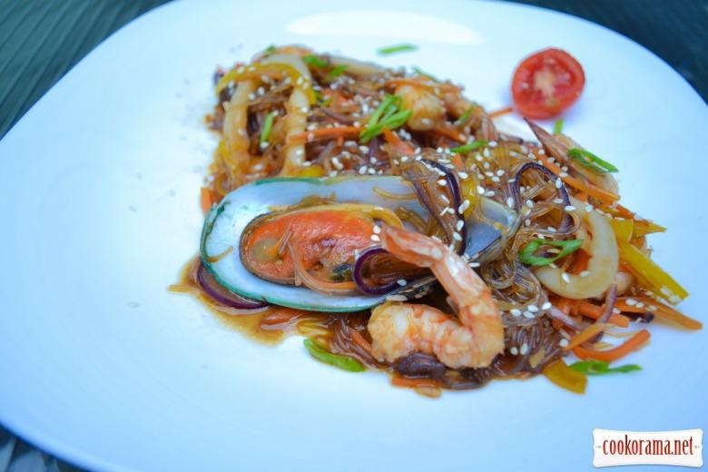 Тёплый салат из стеклянной лапши, с мидиями, кальмарами, креветками