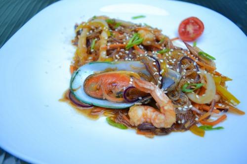 Теплий салат зі скляної локшини, з мідіями, кальмарами, креветками