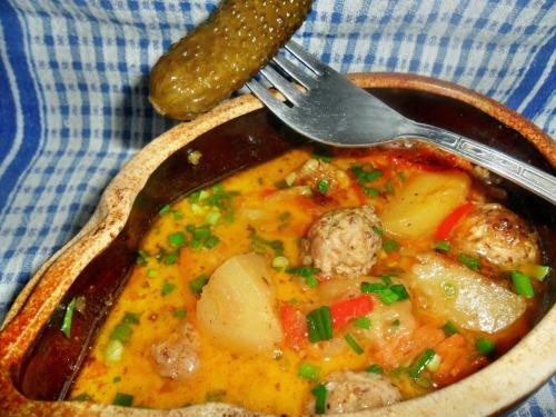 Рагу из фрикаделек, с овощами и сливками, запеченное в горшочке