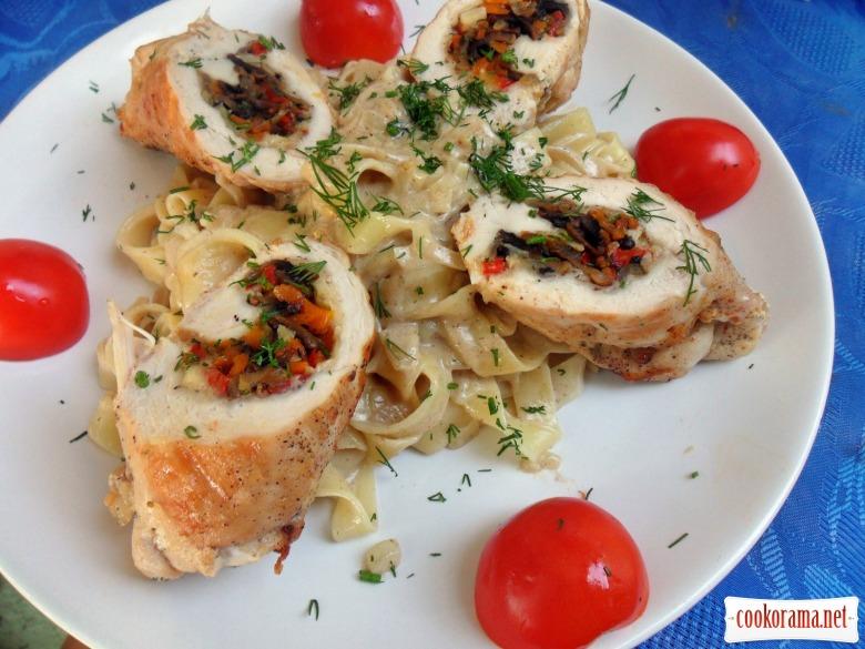 Фетучини в сливочном соусе с куриными рулетиками фаршированные овощами