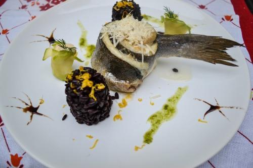 Сибас, запеченный с дор блю и пармезаном