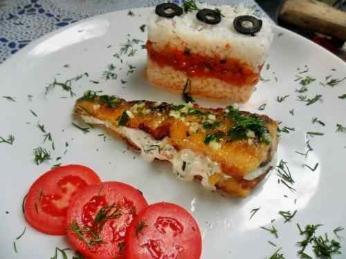 Нототенія з начинкою з білого соусу, з гарніром з рису і овочевого соусу