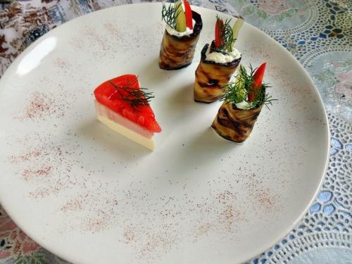 Баклажаны жареные, с начинкой из сыра фета, чесноком
