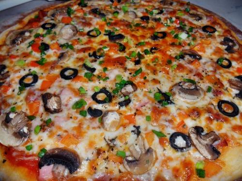 Пицца с ветчиной, сервелатом, грибами и сыром моцарелла