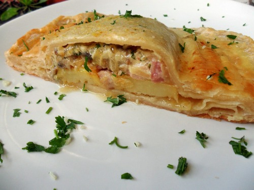 Cake of puff pastry stuffed with chicken, mushrooms, bacon, potatoes