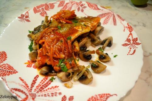 Сибас в томатном соусе, с карри и имбирём