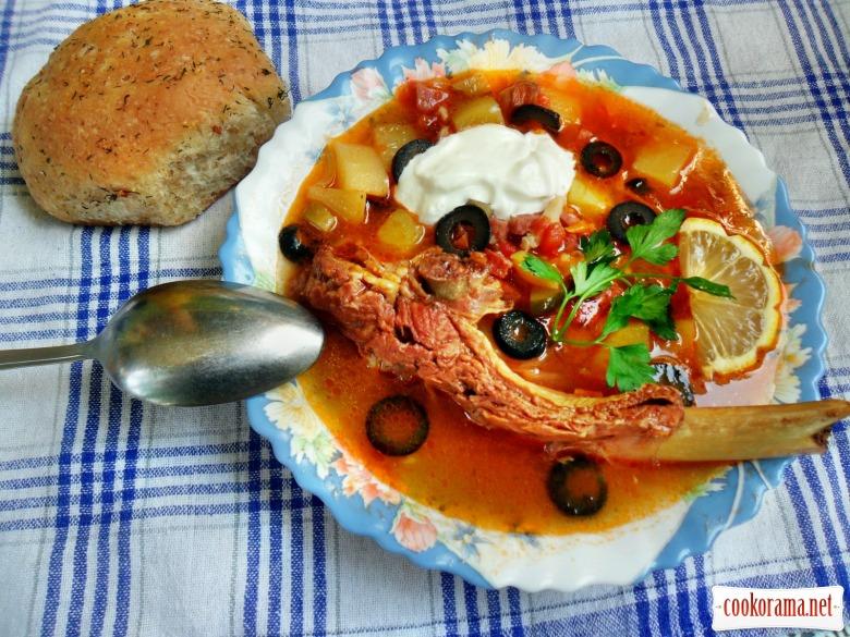 Солянка м'ясна збірна і часникові пампушки