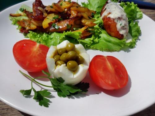 Курячі рулетики з грибами, мисливською ковбаскою та сиром