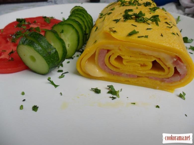 Рулетик з яєць з начинкою з ковбаси і сиру