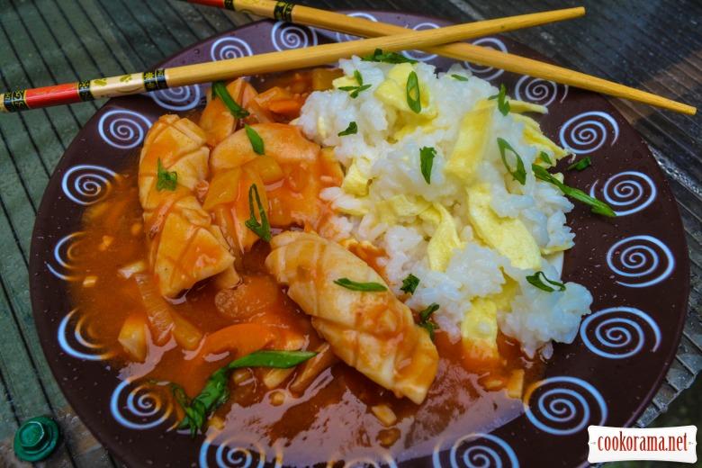 Кальмар в кисло-сладком соусе, с гарниром из риса с омлетом