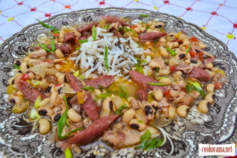 """Фасоль """"Чёрный глаз"""" с беконом, баварскими колбасками, овощами и рисом басмати"""