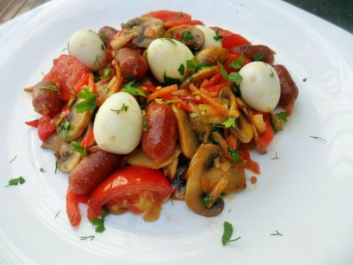 Лечо с копчеными колбасками Пиколини и перепелиными яйцами