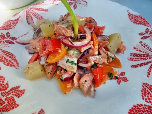 Салат из кеты горячего копчения с овощами