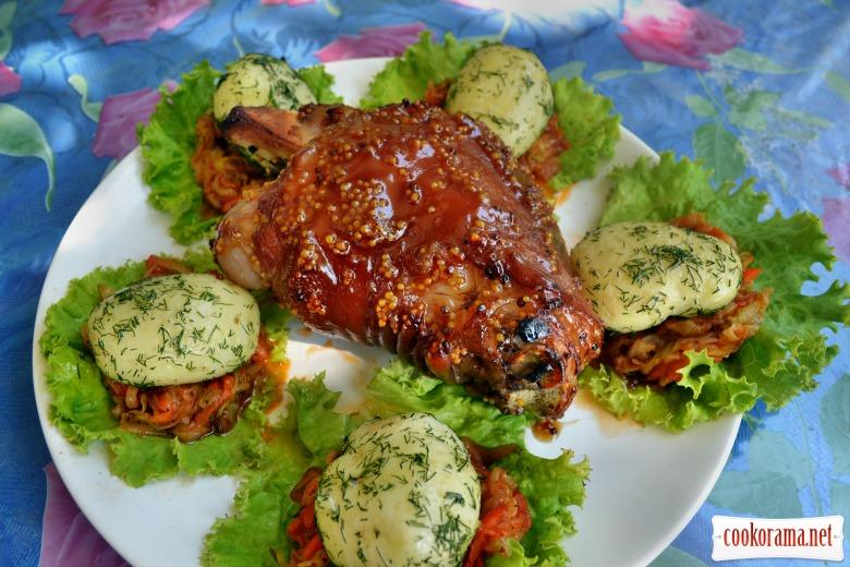 Свиная рулька, запеченная в горчично-медовом соусе