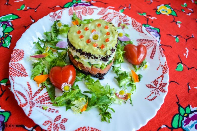 Салат из форели, с чёрным рисом, перепелиными яйцами и огурцом